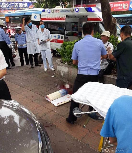 惠州老人当街割腕血流一地 称讨债无门
