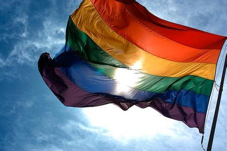 象征同性恋旗帜的彩虹旗