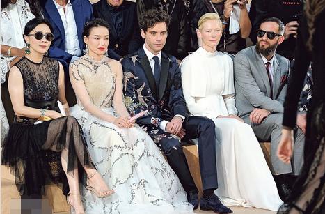 刘嘉玲(左一)、舒淇(左二)与英国歌手Mika(左三)及金像奖最佳女配角蒂尔达·斯文顿(左四)同坐VIP首排欣赏时装秀