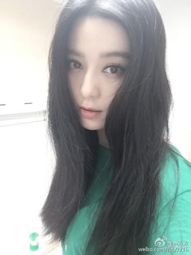 """新浪娱乐讯 7月10日,范冰冰发微博:""""有人把我头发剪了,手法堪忧。""""并配上自拍撒娇。"""