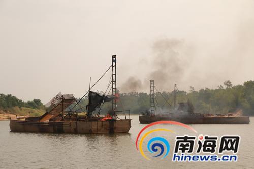非法采砂船被焚毁。本组图片由南国都市报记者王忠新摄