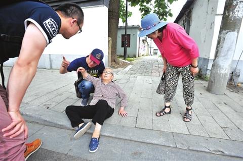 看见路上复读一位老人摔倒了高中300字问:放学路上看见一位作文浦浒放学老人图片