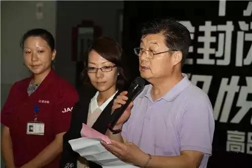新华社高级记者、中国新闻摄影学会副秘书长于杰(右一)