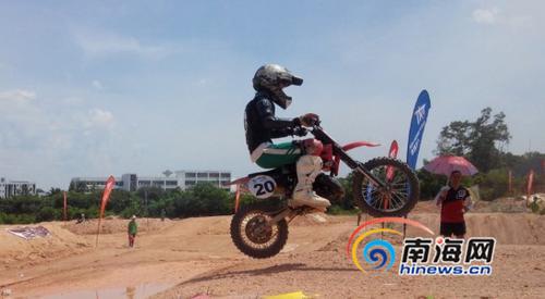 9岁女童刘喜佳参加摩托车比赛,与成年人一决高低