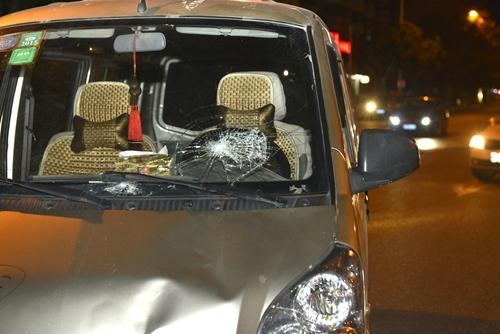 面包车的挡风玻璃撞破