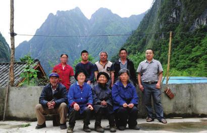 民政局工作人员王良海(后排右一)和健康村村民在一起。