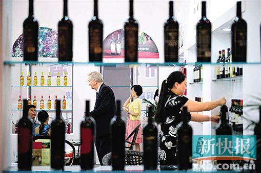 现在的人们已经有更多机会品尝更多来自不同国家和产区的葡萄酒。新华社发