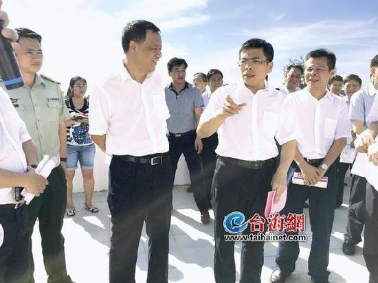 郑云峰(中)、黄文辉(左一)在实地调研