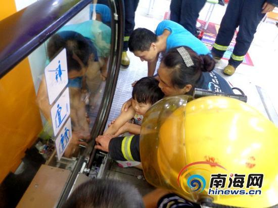 消防官兵在现场破拆救援(通讯员林宇摄)