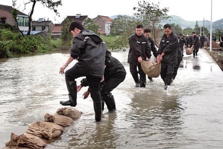 昨天下午,慈城镇组织力量用沙包在向上村围堰。
