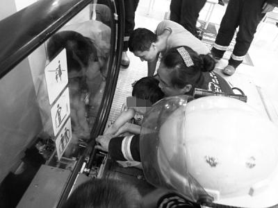 消防官兵对自动扶梯进行破拆