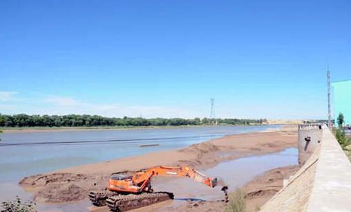 """""""引黄入呼""""的黄河取水处成了泥沙岛。内蒙古晨报记者 许战国 摄"""