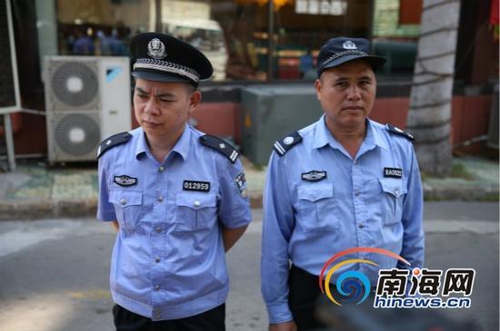 穿警服的民警(左)与穿仿警服的保安员(右)(南海网记者高鹏摄)