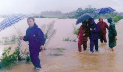 ▲洪庆芝冒雨赶往村民家