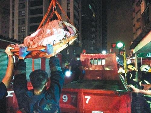 货车载女子至医院。