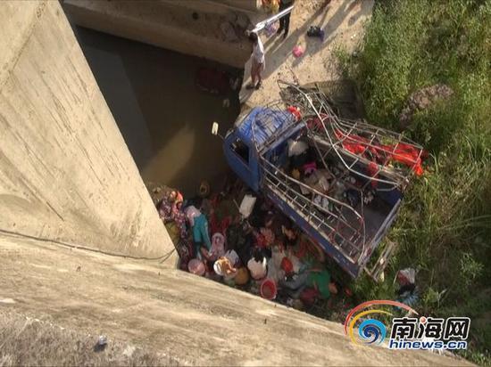 从桥上河道的事故车辆和现场。