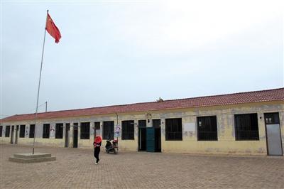 在这个村里唯一的幼儿园,12名幼女被老师性侵