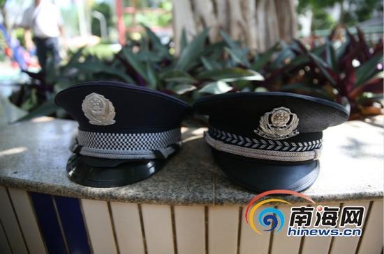 仿警帽(左)与警帽(右)(南海网记者高鹏摄)