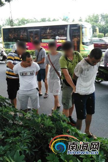7月10日,在万绿园公交站结伙扒窃的2人被抓获。(海口市公安局刑警支队供图)