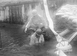 为尽快排水,49岁的邱焕成跳入两米多深的污水 网友供图