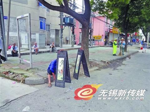 日前,周新农贸市场附近一无证摊贩打着晚清古董的幌子叫卖屏风。