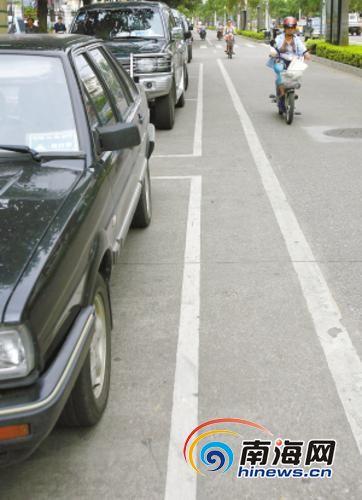 南宁市车辆停得规范,车旁路边干净。(资料图)