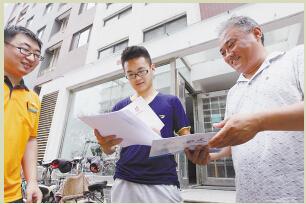 考生和家长第一时间拿到了大学录取通知书。