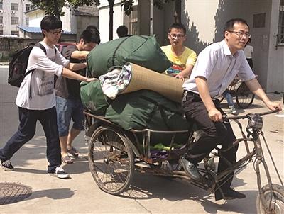"""医学院陈轶群副书记蹬三轮帮学生""""搬家""""。"""