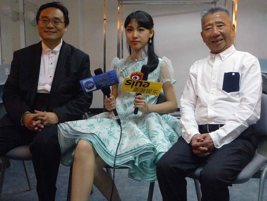 上演完毕后,戴韩安妮父女和左宏元巨匠承受媒体采访