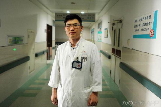 """姜华龙医生一年做上千例包皮手术,有""""包皮王子""""的美誉。"""