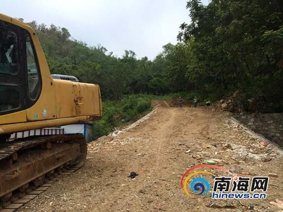 鹿港溪山回应是在加固防护坡的同时,按照政府文件修建步行栈道