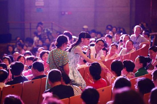 戴韩安妮下到观众席演唱