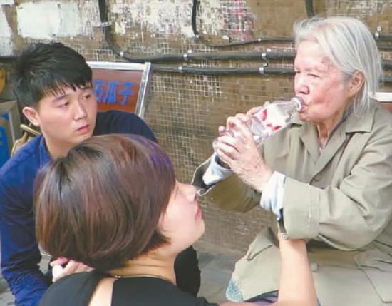 好心小青年给老人买水喝