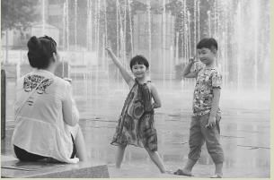 ■7月13日19时,省会人民广场的音乐喷泉准时开启。本报记者 李志华 摄