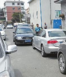 因为司机斗气,这条路堵了很长时间 新文化记者惠禾摄