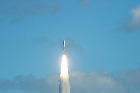 北京时间2006年1月20日,新视野号探测器从美国卡纳维拉尔角发射升空,踏上近10年,超过50亿公里飞往冥王星的漫漫征途