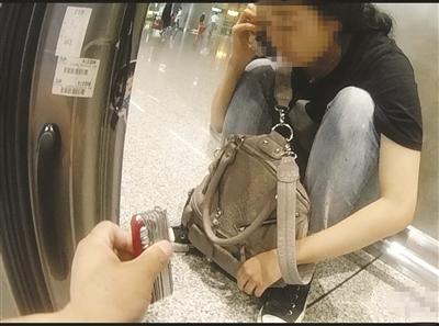 女孩在火车站欲割腕幸获救。