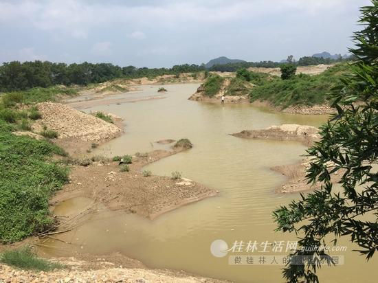 放眼望去,漓江沿岸采砂已经让土地满目疮痍。