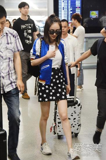 运动外套搭配白T恤和黑色修身短裙