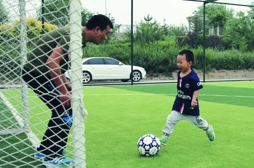 今年父亲节,呼市小朋友王垣晰和爸爸王波在球场上享受亲情和快乐