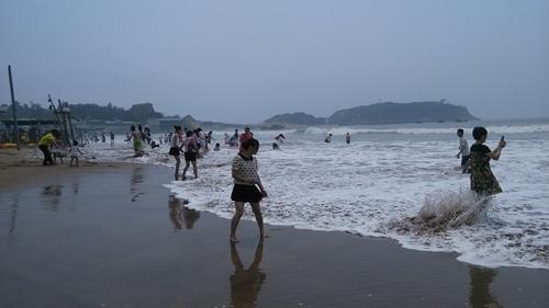 昨日上午正值涨潮,南澳海滩风不大,但海浪汹涌,不少游客仍在海滩上玩耍