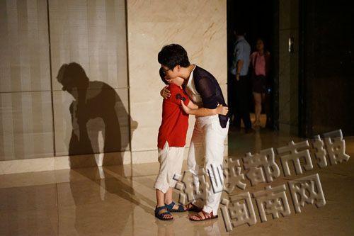 薛女士抱着儿子,向他解释为何要坚持让那位女士道歉