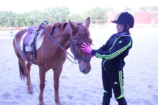 主人与马舌吻视频_刘智扬肖茵马场练习为《护宝风云》准备