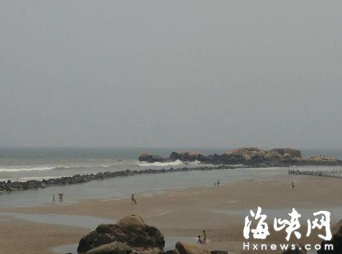 4个少年正是在远处的礁石旁玩耍后,准备往回走时,被浪卷走的