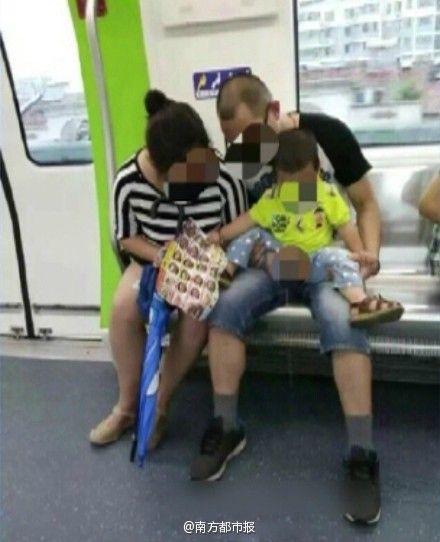 夫妻地铁内给孩子把尿