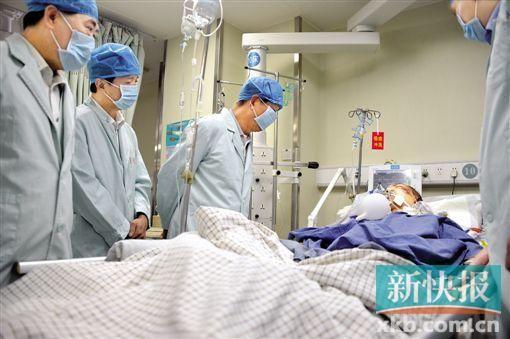 身负重伤,带着呼吸机的郑浩源暂时无法说话。