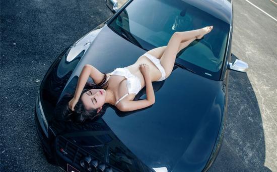 长腿美女的诱惑 看美女与性能野兽的对决