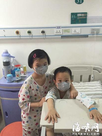姐姐经常来医院教小雄(右)写字