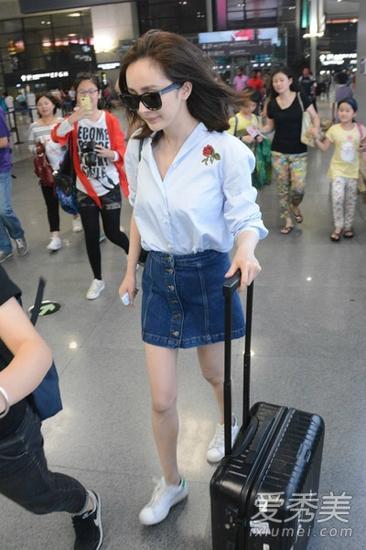 浅蓝色衬衫搭配牛仔短裙