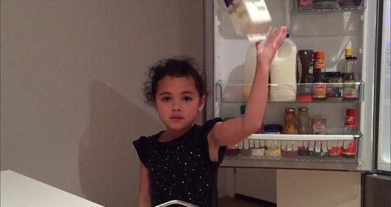 莱利成功将一桶果汁扔到了后面的冰箱里。(网页截图)
